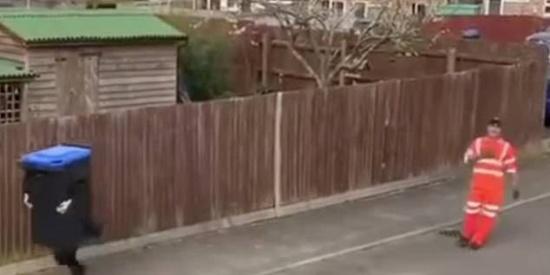 """恶作剧者将12岁儿子装扮成""""垃圾桶"""" 清理工靠近时突然逃跑"""