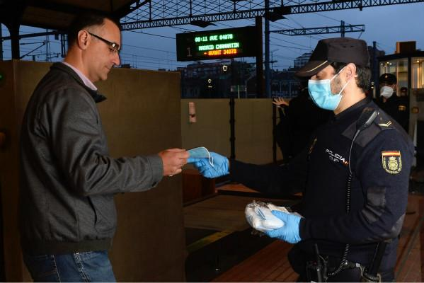 西班牙建筑、制造部门逐步复工 警察为员工分发1000万口罩