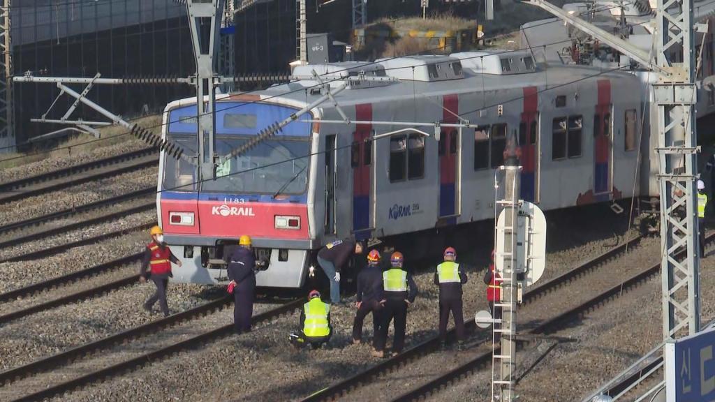 突发!韩国首尔地铁脱轨 100多名乘客步行离开
