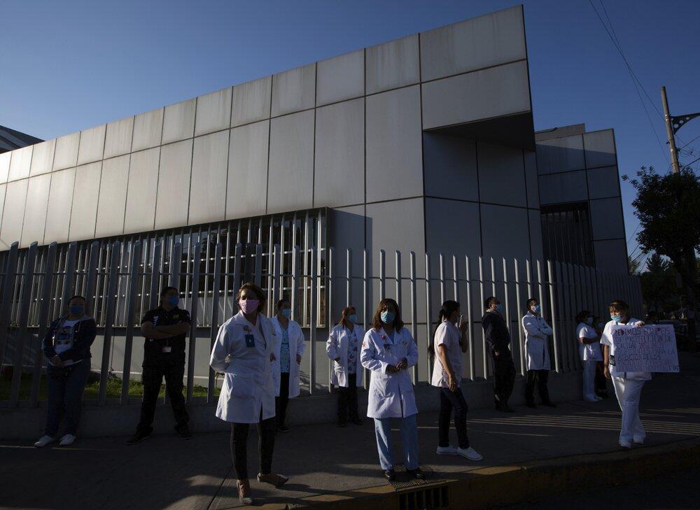 医用防护装备匮乏,墨西哥数十名医护上街高喊求救