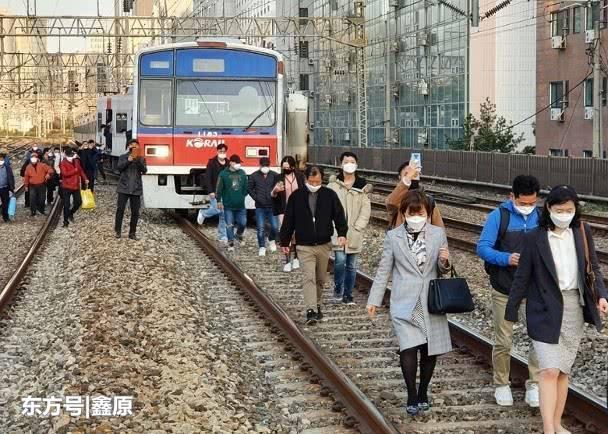 首尔一列车脱轨,百余乘客被迫徒步离开!