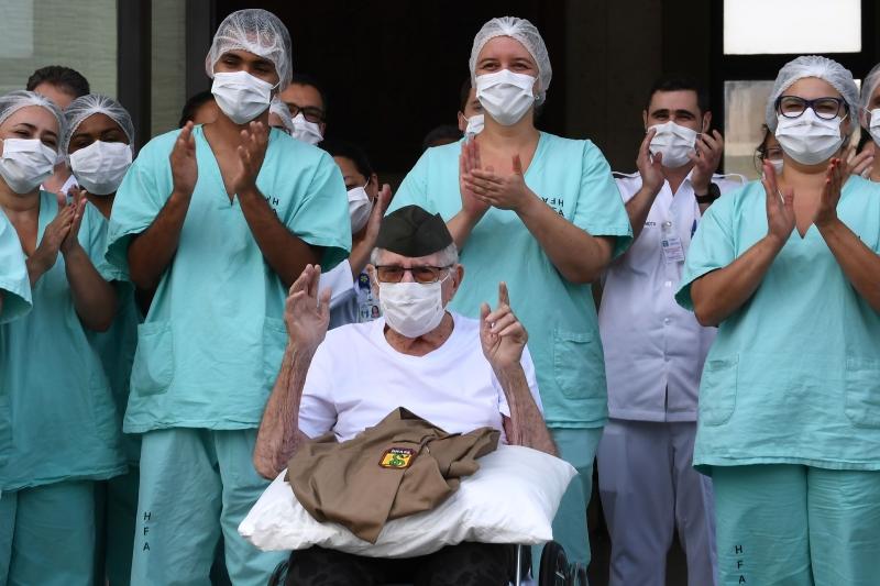 巴西百岁二战老兵战胜冠病