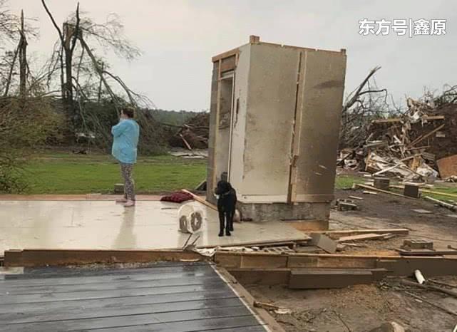 美国南部地区遭数十次龙卷风袭击,当地一家4口躲安全屋逃过一劫