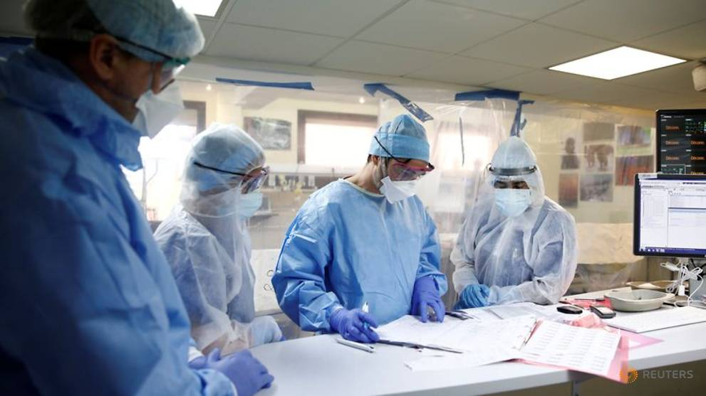 France virus toll tops 17,000, numbers hospitalised down for first time