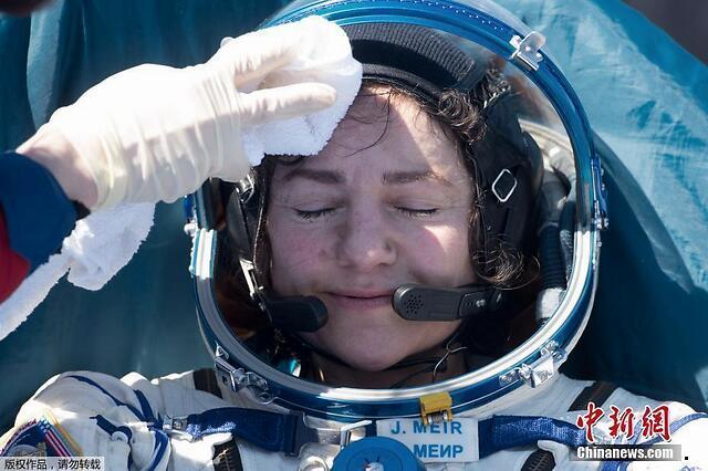 俄美宇航员顺利返回地球 在哈萨克斯坦境内着陆