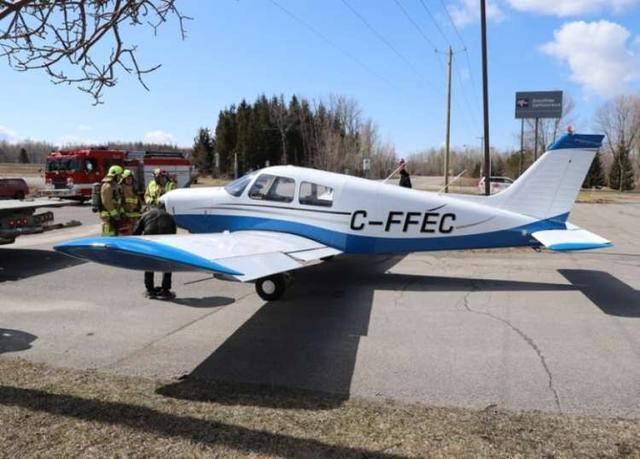 加拿大一架飞机发生事故迫降在公路上