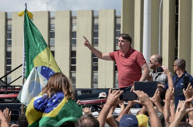 巴西总统不戴口罩参加上百人集会 反对封锁措施