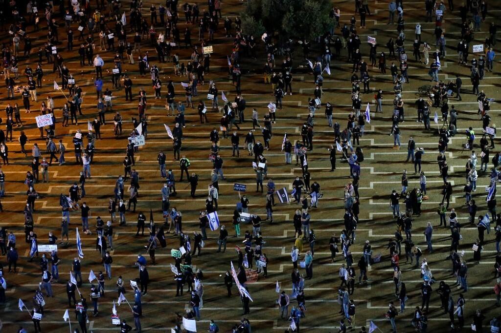 """疫情下以色列""""反总理示威""""现独特一景:数千人佩戴口罩,彼此间隔两米"""
