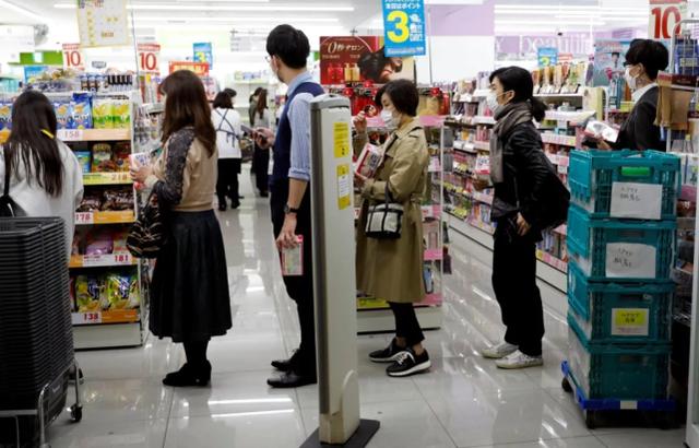 尽管宣布了防疫紧急状态,日本各地商业街还是人群拥挤
