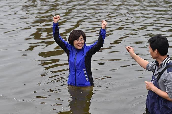"""顺利当选后,韩国这位女市长为履行承诺当众""""跳河""""!"""