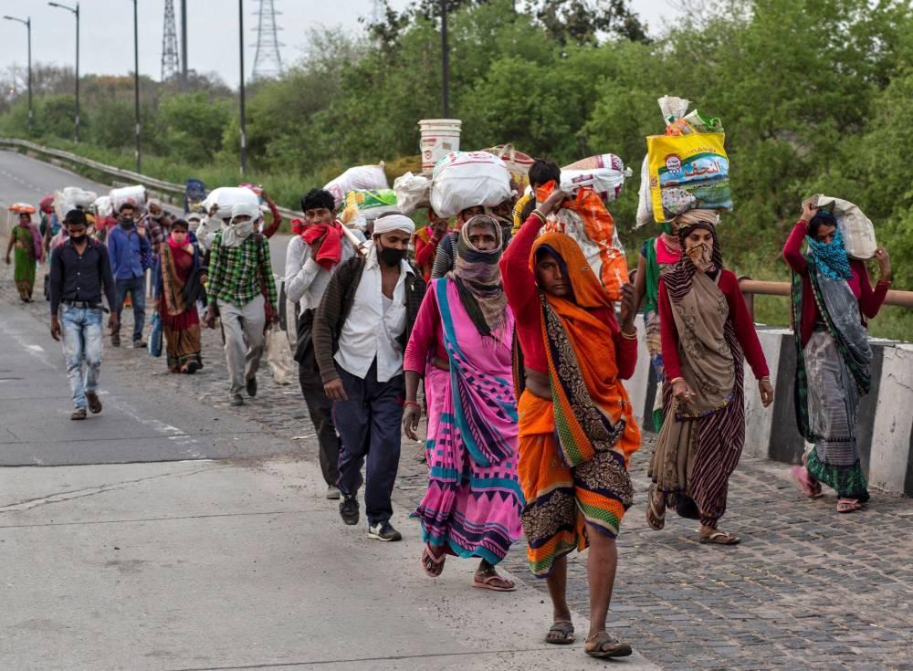 印度封城没收入!12岁女童步行100公里回乡,却在最后50公里暴毙身亡!