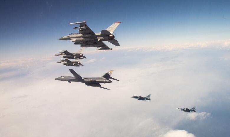 航母不够轰炸机凑?美军战略轰炸机横跨太平洋与日本军演