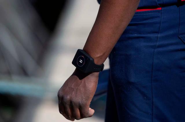比利时给港口工人带手环:彼此相距少于3米就会振动提醒