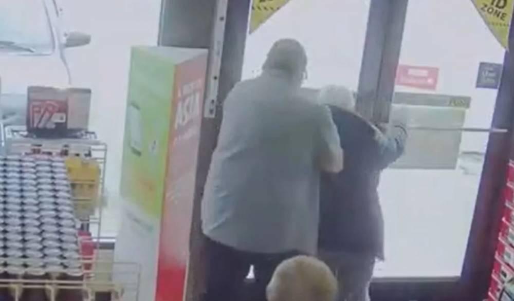 """92岁老人进便利店惨遭壮男辱骂""""COVID-19""""!还被强行拽出店外!"""