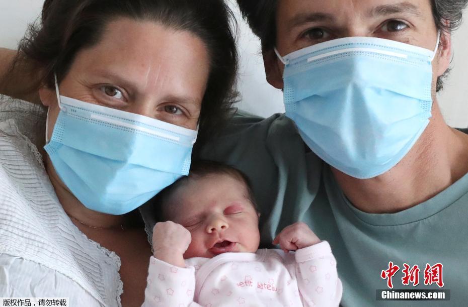 比利时一位孕妇产前感染新冠肺炎 产下一女拍摄全家福