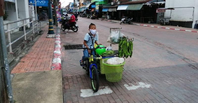 疫情当前坚持养家·10岁童骑三轮车卖菜