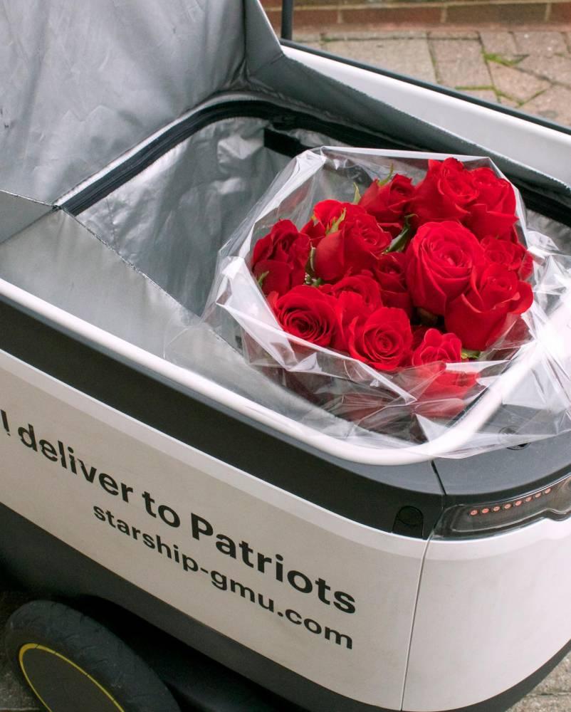 英国城镇使用高脚机器车载送物资!免费向NHS医护人员提供服务!