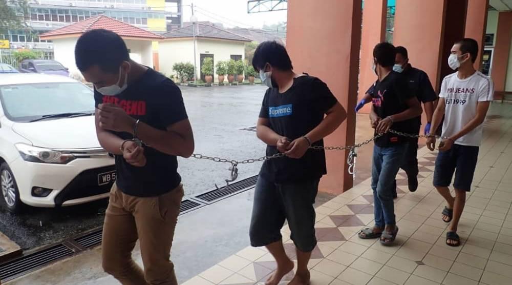 违反行管令遭警方截查,拒捕还试图撞击警车!2马来青年被罚RM4000兼社区服务3个月!