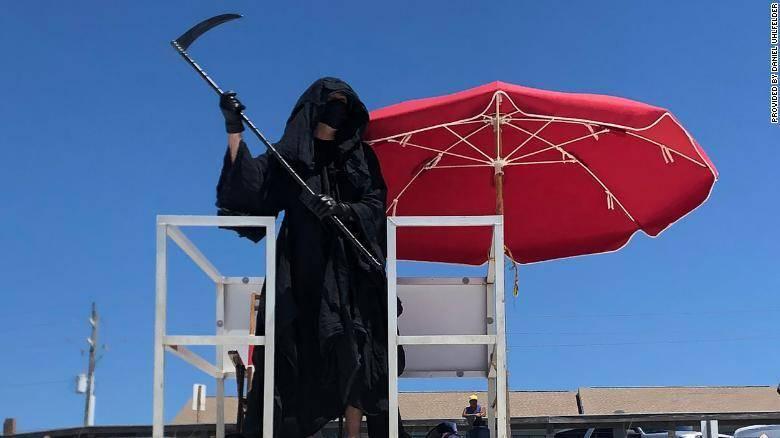 """抗议重新开放过早,美国佛州一律师扮""""死神""""现身海滩望吓跑游人"""