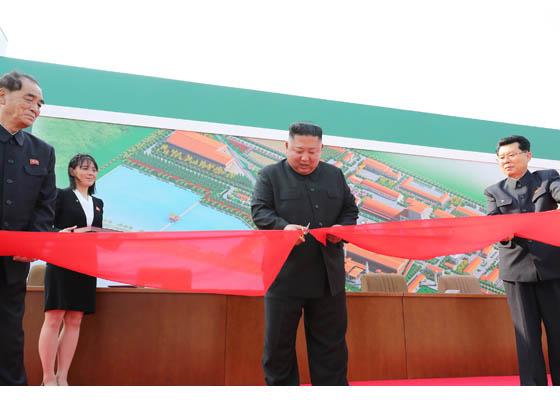 现场图丨金正恩出席顺天磷肥工厂竣工仪式