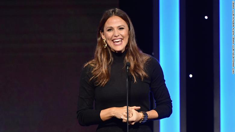Jennifer Garner of course is perfection reading live to kids home in quarantine