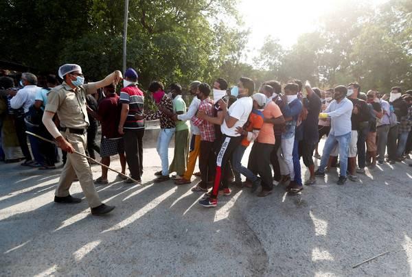 印度放宽封锁限制,民众嗜酒如命!多达500人无视社交距离排队遭警驱散!