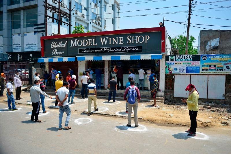 印度放宽封锁‧数百人排队买酒