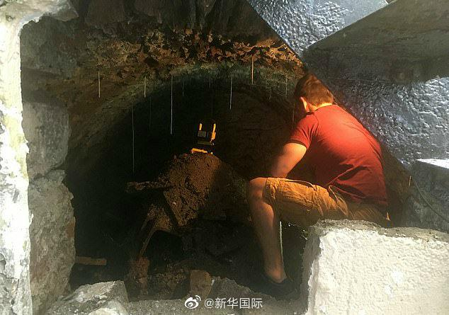 英男子疫情期间宅家隔离 意外发现百年地窖