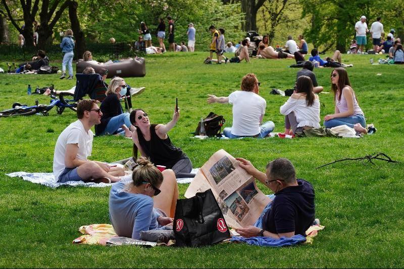 纽约大批民众无视禁令!不戴口罩到公园聚会!医护人员:像被打了一巴掌!