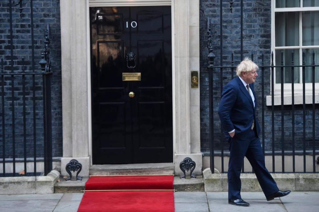 英国首相致敬医护人员,站在门口一言不发鼓掌1分多钟