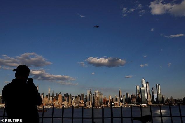3架美飞机低空飞过纽约,致敬医务人员,网友却想起911
