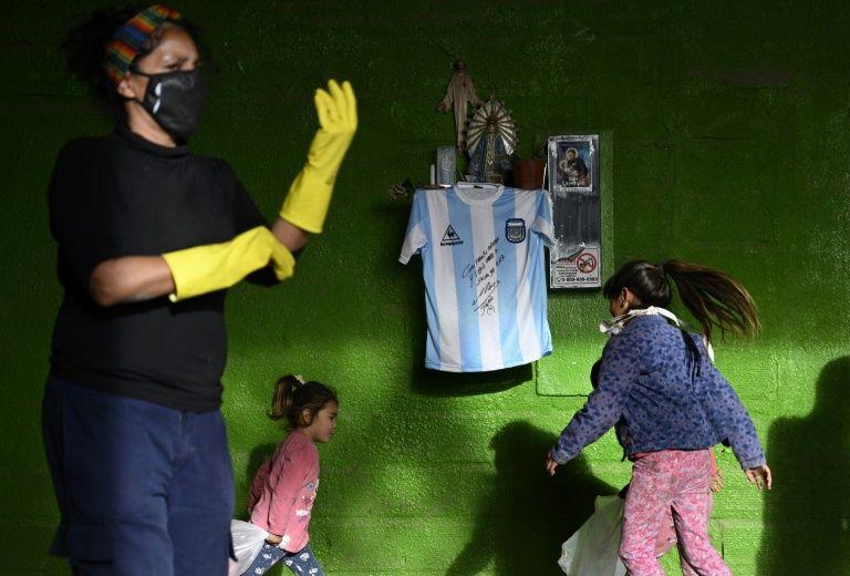 Maradona autographs shirt to help Buenos Aires poor