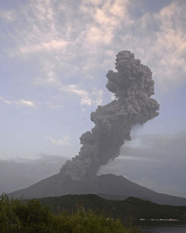 日本樱岛火山大规模喷发 喷出4200米高灰柱