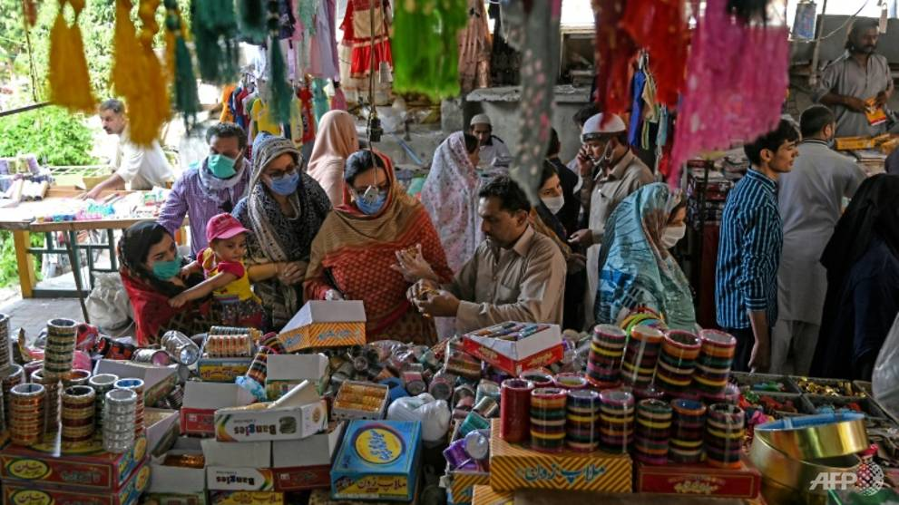 Pakistanis crowd markets as COVID-19 lockdown eased