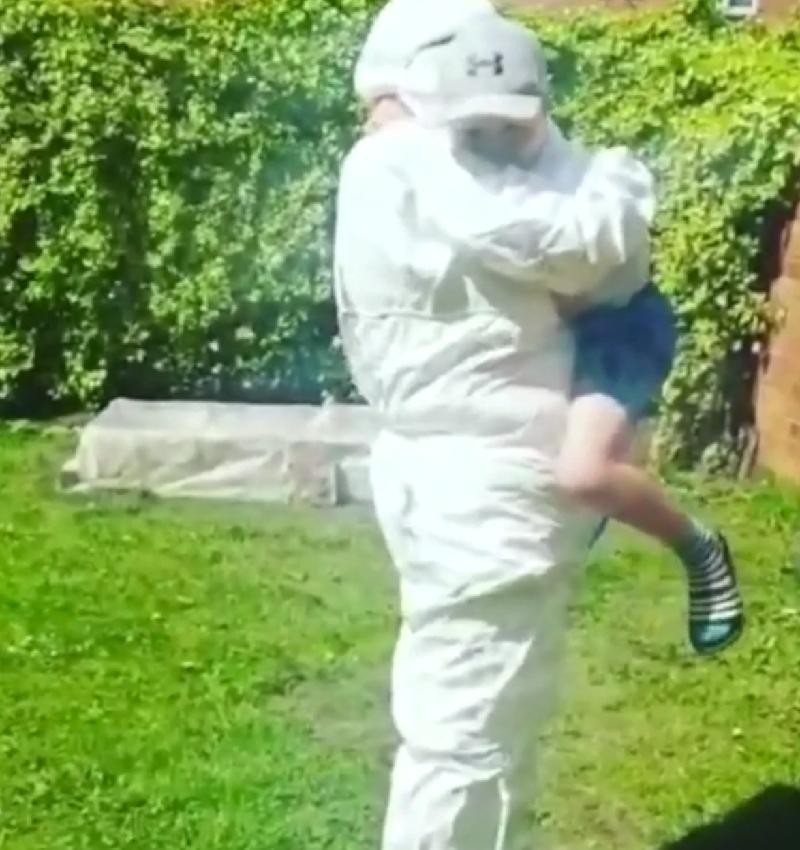 英国奶奶全副武装·只为和外孙拥抱