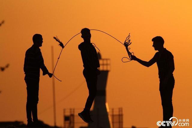 土耳其:民众在夕阳余晖下跳绳剪影似画