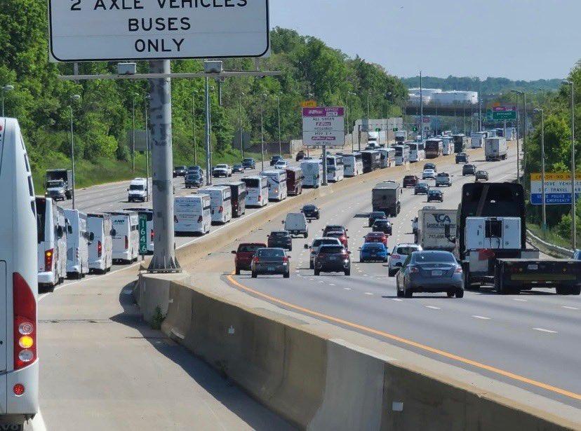 疫情重创行业,全美数百辆巴士排长队涌入华盛顿抗议