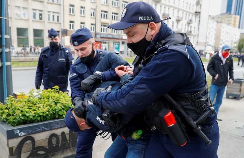 Police use tear gas on polish protestors demanding businesses reopen
