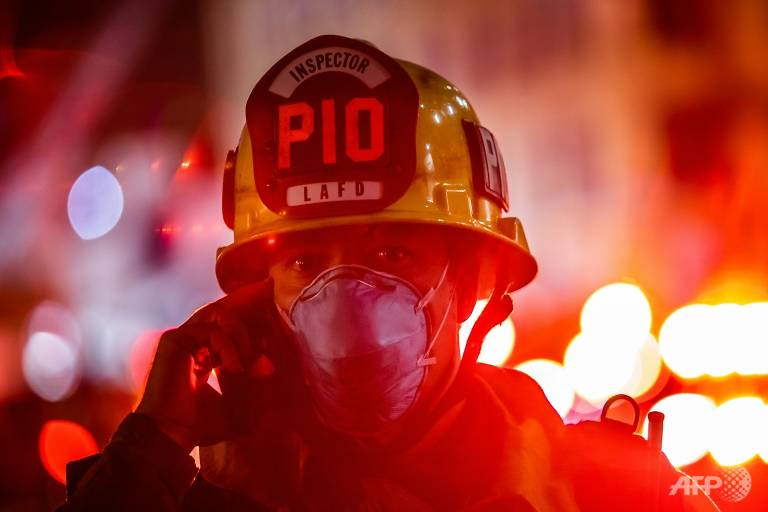 11 firefighters injured in Los Angeles blaze