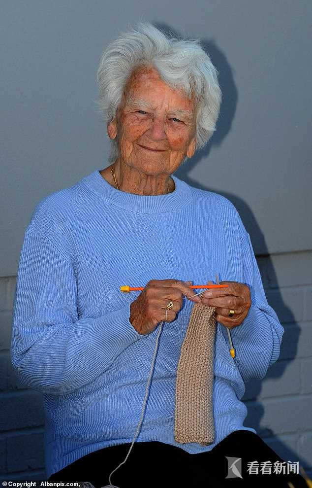 91岁老太用毛线编织一座医院 急诊室病房全都有