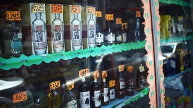 疫情期间啤酒短缺,上百墨西哥人饮用假酒后死亡