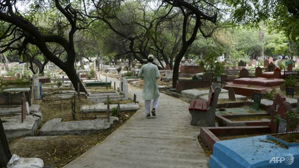 COVID-19 dead give New Delhi gravedigger sleepless nights