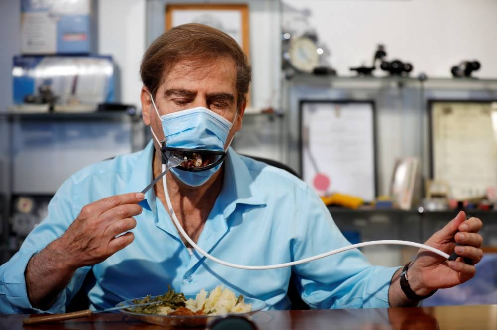 戴着口罩也能吃东西?以色列设计能够手动开合的新式口罩!预估售价约RM5一片!
