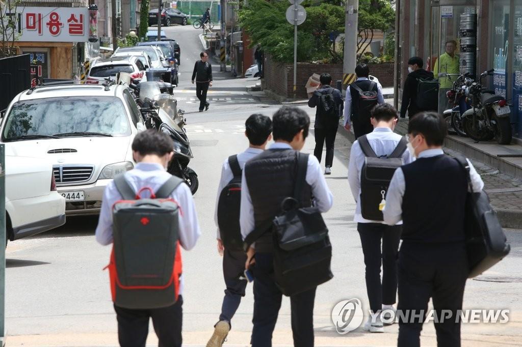 韩国高三复课首日2人确诊:66所学校停课 学生上课3小时就回家