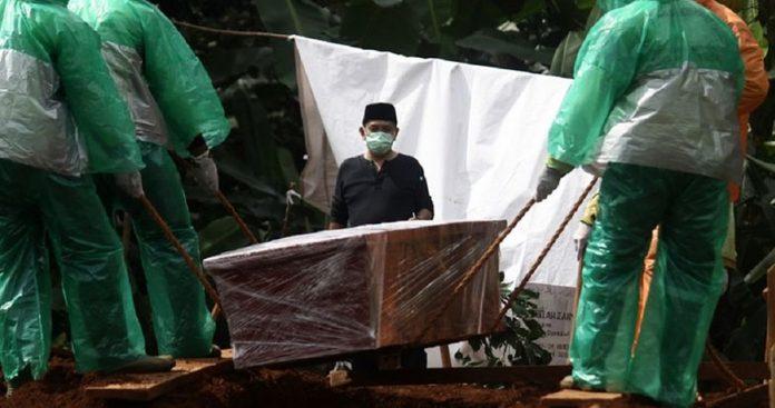 """无知真的很可怕!⚡ 印尼村民开棺清洗""""新冠肺炎""""遗体,「尸传人」害15人中招!"""