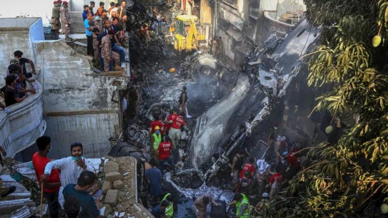 巴基斯坦坠机幸存者讲述可怕一幕:瞬间失去知觉 醒来被火包围
