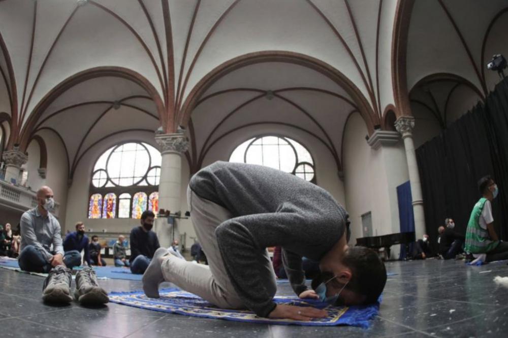 宗教互相包容的精神值得嘉许!柏林教堂向穆斯林敞开大门!让穆斯林进行星期五的祷告!