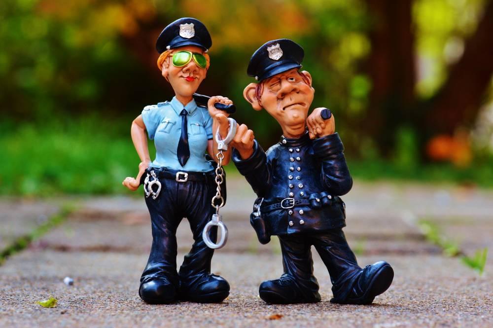 已婚警察趁机性侵兄弟女友!不用坐牢之后还可继续当警察!