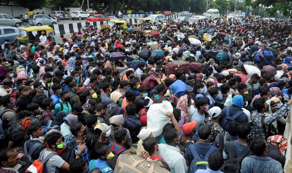 消息称有2趟火车在23日开动!为了获得火车票,7000人聚集印度Palace Grounds。结果才发现是假消息!