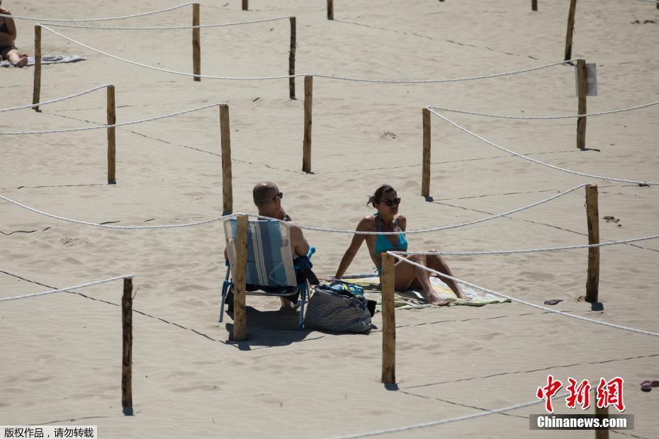 """保持距离 法国民众""""宅""""在海滩享受日光浴"""